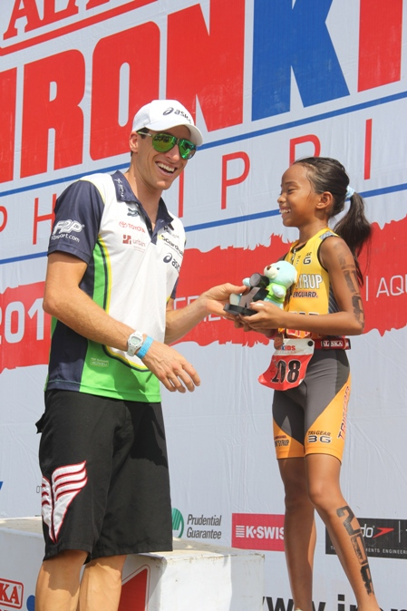 Pete Jacobs congratulating the young triathletes at Philippines 70.3