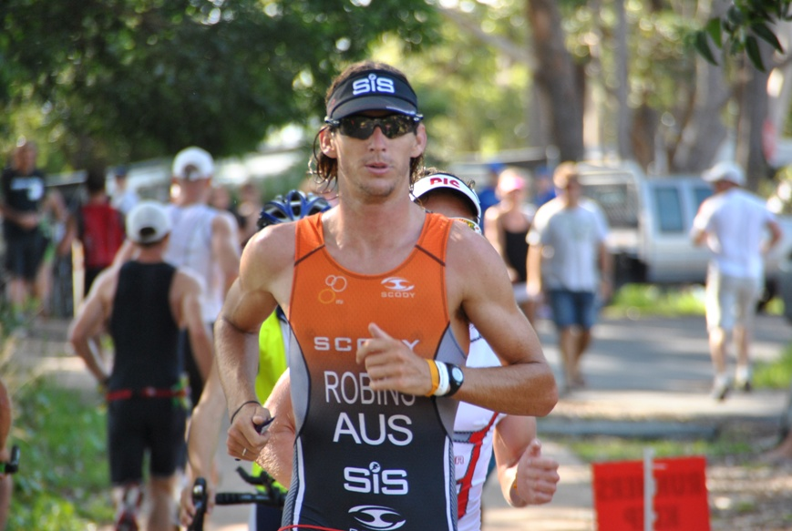 Mitch Robins on his way to posting the fastest 20km run split of the day while chasing Pete Jacobs at Huskisson in 2012