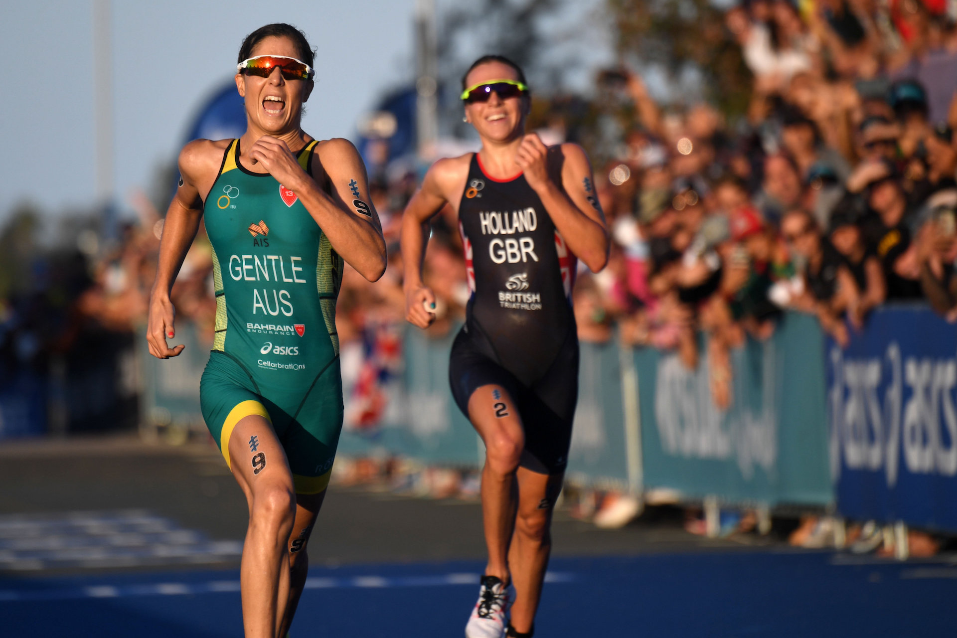 Ashleigh Gentle out sprints Vicky Holland to win Gold in the World Triathlon Series Grand Final on the Gold Coast today. Photo: ITU Media | Delly Carr
